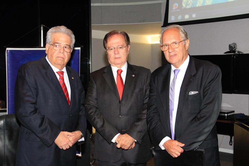 Da esquerda para a direita: Carlos Eduardo de Freitas, Economista e Vice-Presidente do  IBEF-DF; Ruy Coutinho do Nascimento, Presidente do IBEF-DF e Felipe Ohana, Economista  do Senado Federal.